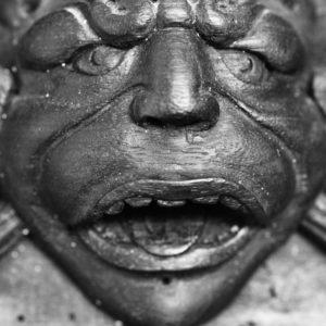 Tête de monstre sculptée